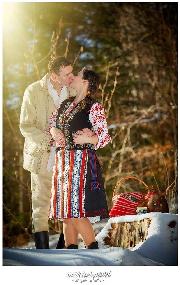 Fotografii de iarna in costum traditional romanesc