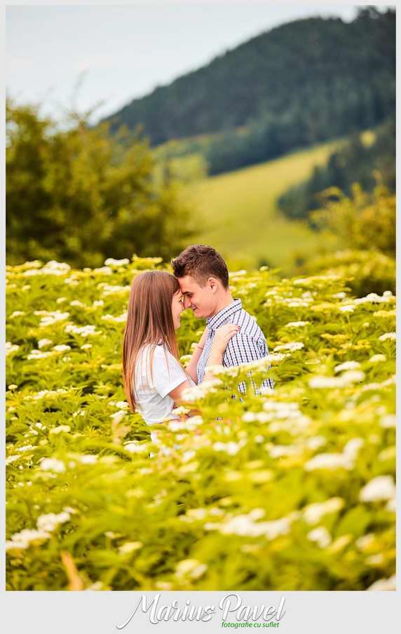 Fotografie de cuplu la munte aproape de Brasov